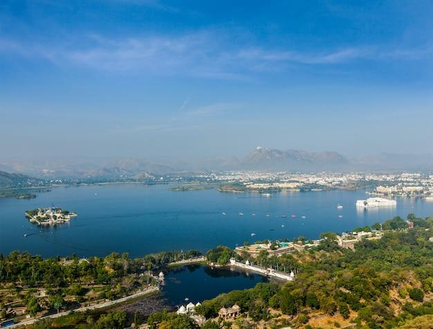 Luchtfoto van lake pichola met lake palace (jag niwas) en jag