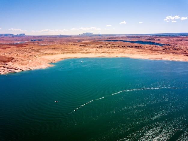 Luchtfoto van lake powell van bovenaf in de buurt van glen canyon dam en page town