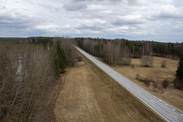 Luchtfoto van landweg door het bos