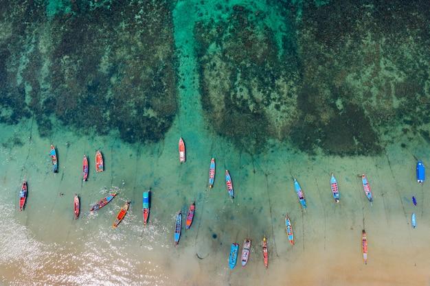 Luchtfoto van lange staart boten op de zee bij koh tao eiland, thailand