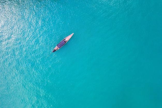 Luchtfoto van lange staartboot op oceaan, thailand.