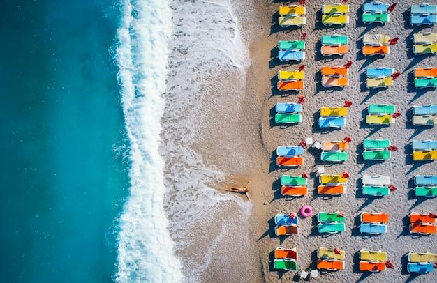 Luchtfoto van liggende vrouw op het strand