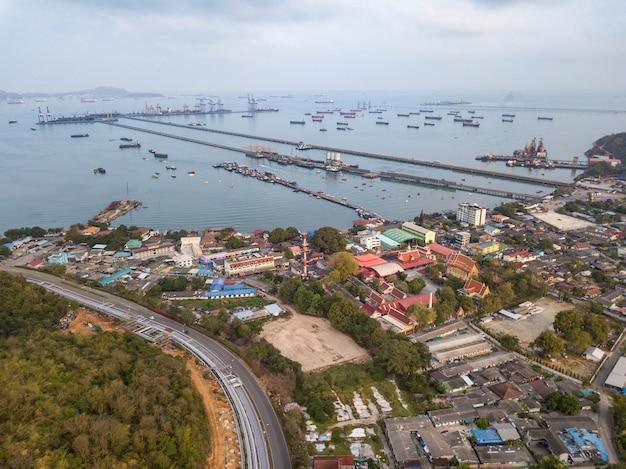 Luchtfoto van logistiek en transport van containervrachtschip en kraanbrug