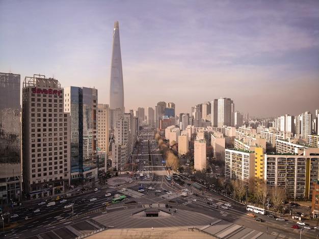 Luchtfoto van lotte tower en snelweg in seoul