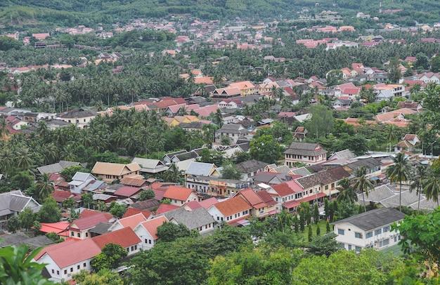Luchtfoto van luangprabang stad met huizen en bomen