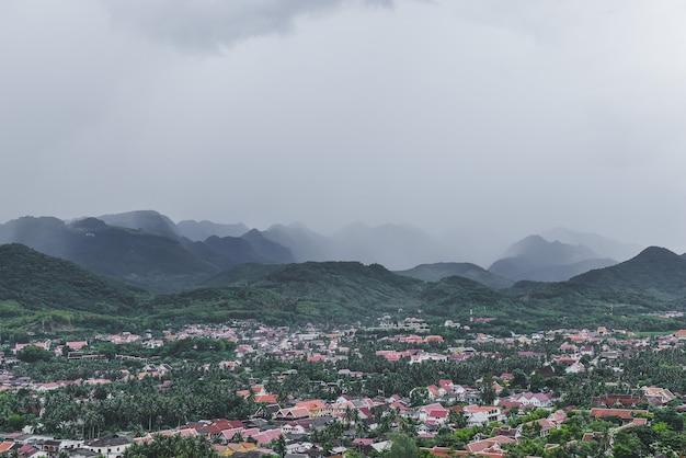 Luchtfoto van luangprabang stad met huizen en wolken