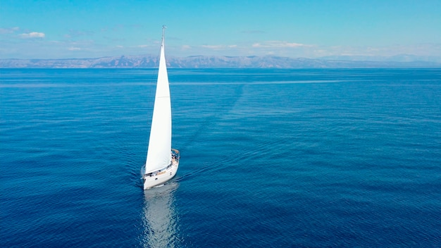 Luchtfoto van luxe zeiljacht op geopende zee op zonnige dag in kroatië