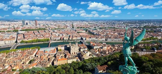 Luchtfoto van lyon vanaf de top van de notre dame de fourviere, frankrijk, europa