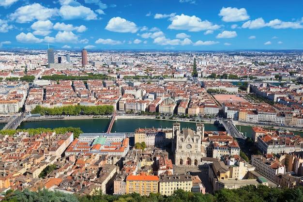 Luchtfoto van lyon vanaf de top van de notre dame de fourviere, frankrijk