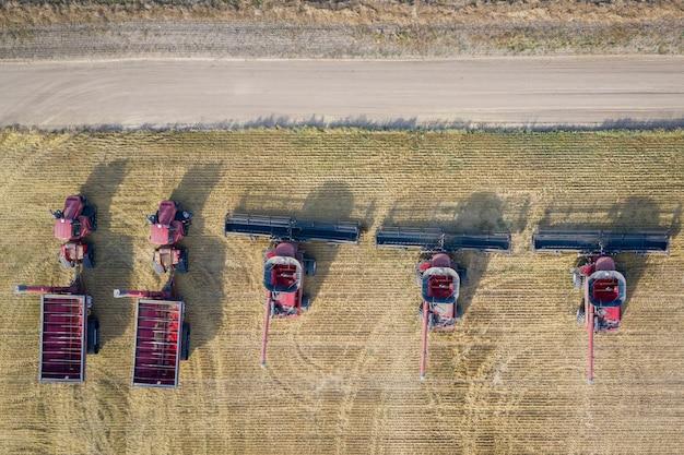 Luchtfoto van maaidorsers in een landbouwgebied overdag
