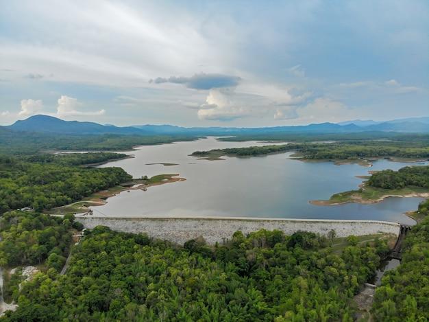 Luchtfoto van mae jang dam en reservoir, thailand