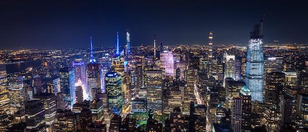 Luchtfoto van manhattan new york 's nachts