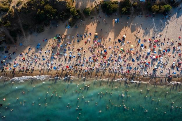Luchtfoto van menigte van mensen op het strand