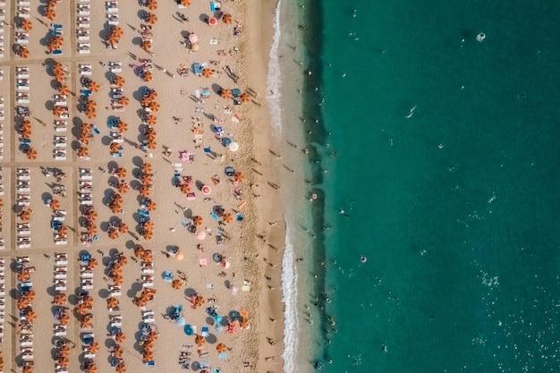 Luchtfoto van mensen die rusten op het strand in de buurt van de zee