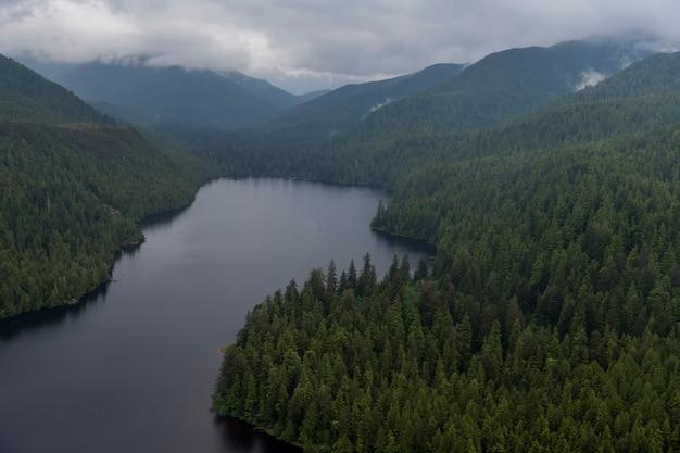 Luchtfoto van mercer lake, skeena-queen charlotte regional district, haida gwaii, graham island, br