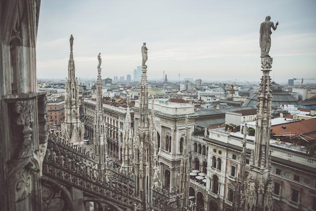 Luchtfoto van milaan, duomo vanaf de top van de kathedraal