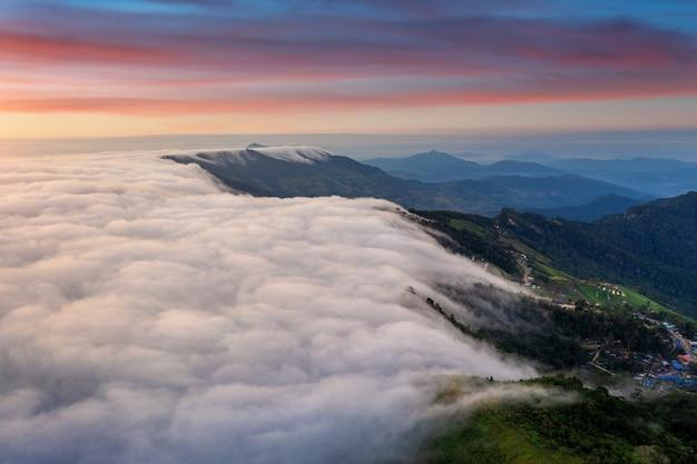 Luchtfoto van mist over bergen in de ochtend