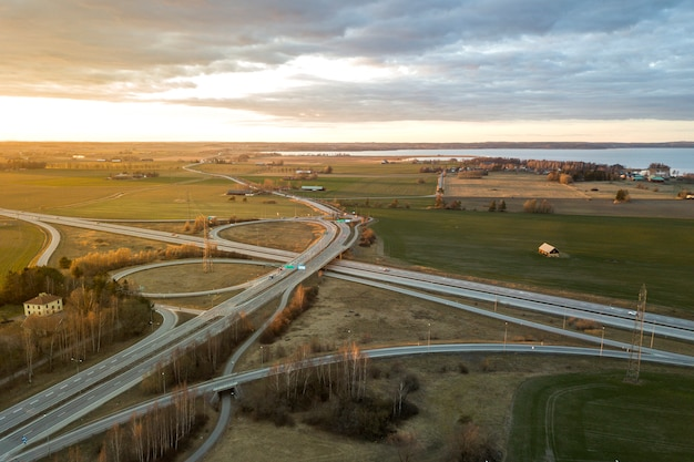 Luchtfoto van moderne snelweg weg kruispunt