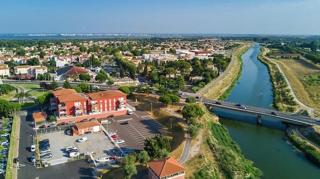 Luchtfoto van moderne woonwijk en huizen van bovenaf, onroerend goed concept