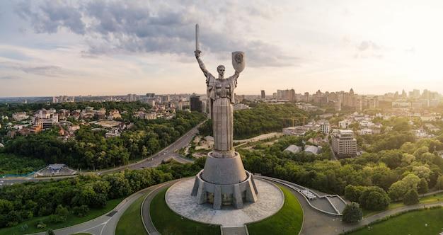 Luchtfoto van moederland monument bij zonsondergang.