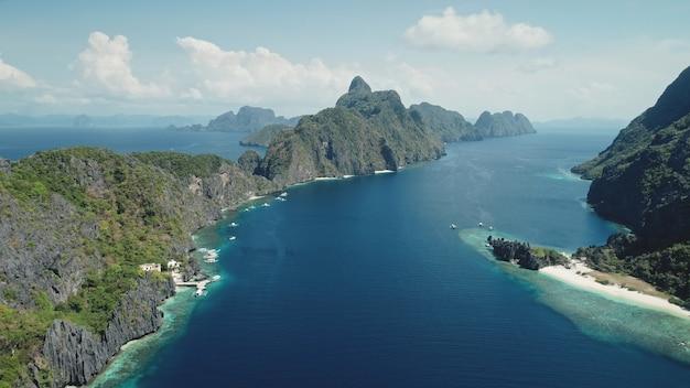 Luchtfoto van mount island aan de tropische zeekust