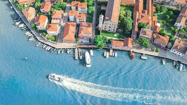 Luchtfoto van murano eiland in de venetiaanse lagune zee van bovenaf, italië
