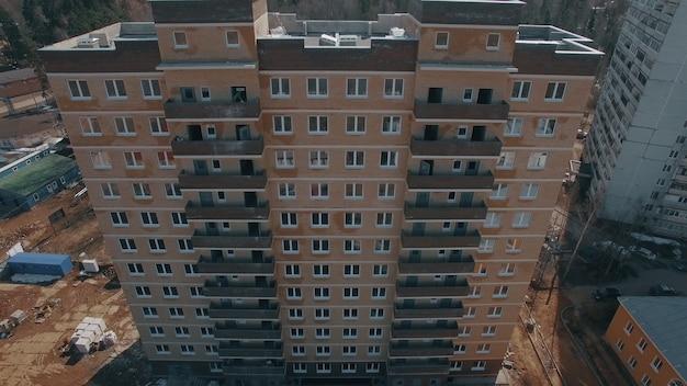 Luchtfoto van nieuw flatgebouw gebouwd in de buitenwijken van rusland