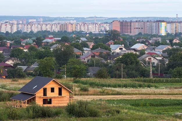 Luchtfoto van nieuwe houten ecologische traditionele huis cottage van natuurlijke hout materialen