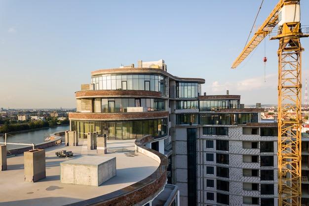 Luchtfoto van nieuwe moderne wolkenkrabber gebouw in aanbouw.