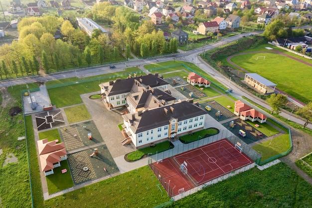 Luchtfoto van nieuwe prescool-gebouw in landelijk woongebied.