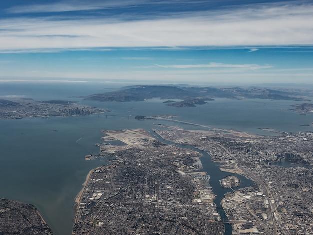 Luchtfoto van oakland en de san francisco bay area vanuit het zuidoosten