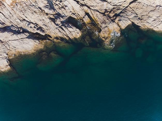 Luchtfoto van oceaan golven en fantastische rotsachtige kust.