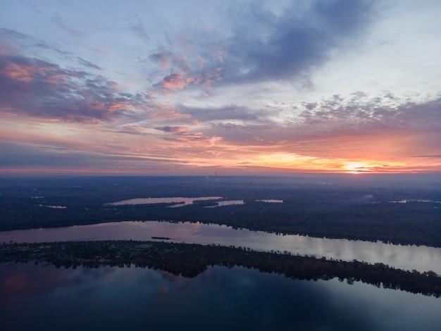 Luchtfoto van ochtend zonsopgang boven de rivier de dnjepr