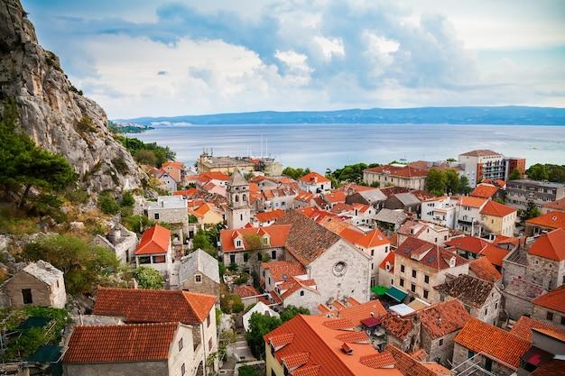 Luchtfoto van omis en de kerk van het heilige kruis, kroatië