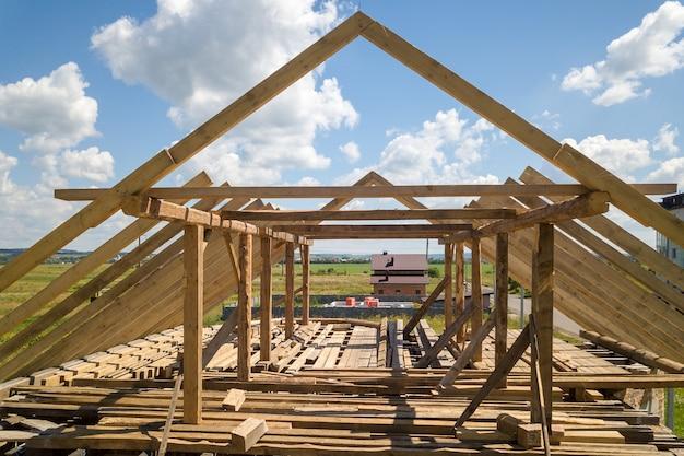 Luchtfoto van onafgewerkt huis met houten dakframe in aanbouw.