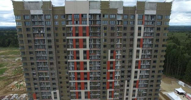 Luchtfoto van onvoltooide hoogbouw flatgebouw in de buitenwijken van rusland