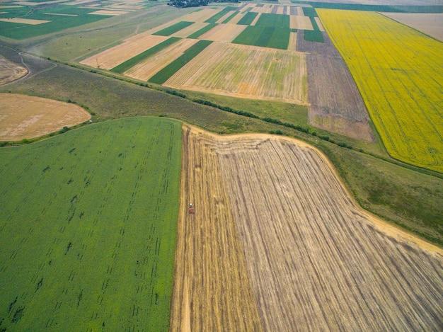 Luchtfoto van oogsten in de gouden velden