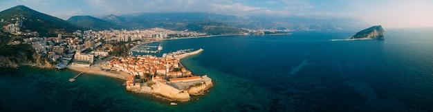 Luchtfoto van oude budva in montenegro