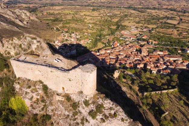 Luchtfoto van oude ruïnes van poza de la sal kasteel in burgos, castilië en leon, spanje.