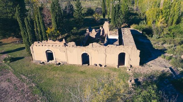 Luchtfoto van oude verwoeste wijnkelder