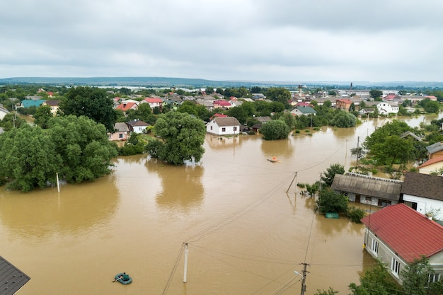 Luchtfoto van overstroomde huizen met vuil water van de rivier de dnister in de stad halych, west-oekraïne.