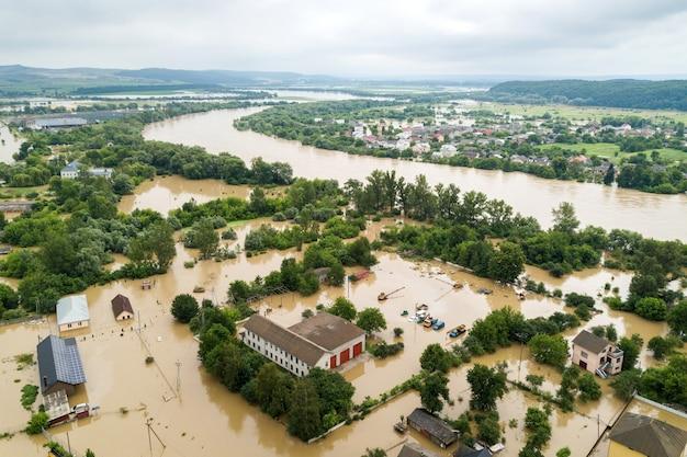 Luchtfoto van overstroomde huizen met vuil water van de rivier de dnister in de stad halych