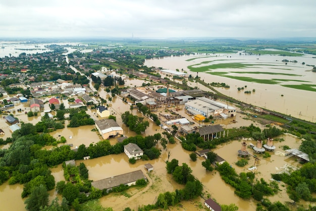 Luchtfoto van overstroomde huizen met vuil water