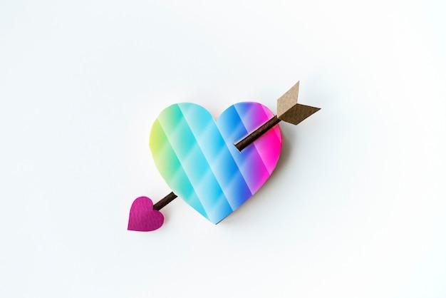 Luchtfoto van papier ambachtelijke hart met pijl op witte achtergrond