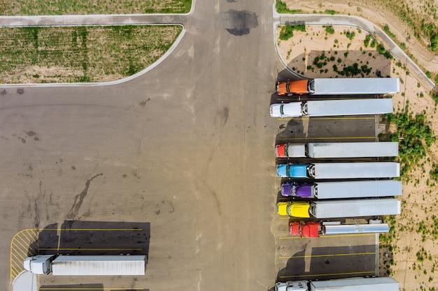 Luchtfoto van parkeerplaats met vrachtwagens op transport van vrachtwagenparkeerplaats trailers logistiek dok