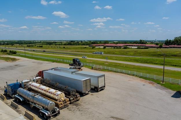 Luchtfoto van parkeerplaats met vrachtwagens op transport van vrachtwagenparkeerplaatsdok