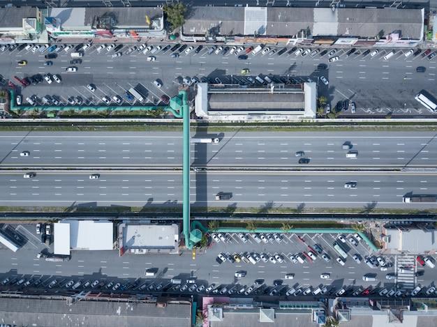 Luchtfoto van parkeerplaats parkeerplaats in snelweg express bangkok-pattaya, thailand.