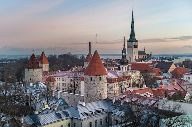 Luchtfoto van patkuli uitkijkplatform van tallinn old town in een mooie winteravond, estland.