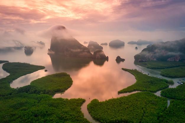 Luchtfoto van phang nga bay in samed nang chee gezichtspunt bij zonsopgang, phang nga, thailand