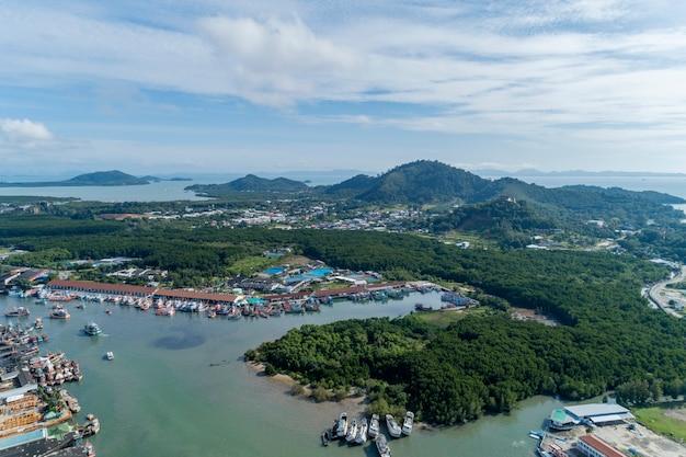 Luchtfoto van phuket vissershaven is de grootste vissershaven gelegen op koh siray island phuket thailand.